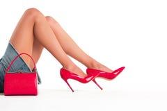 Gambe della donna e della borsa Immagini Stock Libere da Diritti