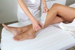 Gambe della donna incerate in stazione termale Fotografia Stock