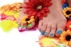 Gambe della donna (pedicure - chiodi colorati) Fotografie Stock