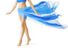 Gambe della donna, ragazza in vestito d'ondeggiamento blu, punta dei piedi della gamba su bianco immagini stock libere da diritti