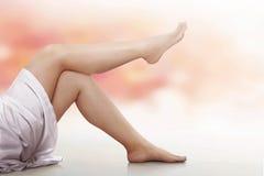 Gambe della donna sopra il fondo della sfuocatura Fotografia Stock