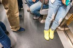 Gambe della gente e piedi dentro la metropolitana, vista vaga Fotografia Stock