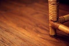 Gambe della sedia con il fondo legnoso di struttura Fotografia Stock