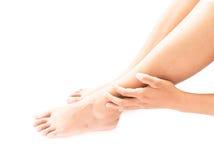 Gambe della tenuta della mano della donna del primo piano con il sintomo di dolore, sanità e Fotografie Stock Libere da Diritti