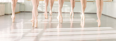 Gambe delle ballerine dei ballerini nel ballo classico della classe, balletto Immagini Stock