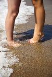 Gambe delle coppie bacianti sulla spiaggia Fotografia Stock Libera da Diritti