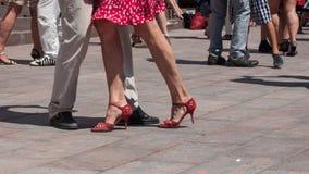 Gambe delle coppie dei ballerini di tango sul posto principale con la o immagine stock