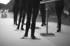 Gambe delle ginnaste nelle posizioni coreografiche fotografia stock libera da diritti