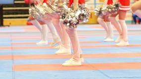 Gambe delle ragazze pon pon di dancing al tornament di karatè video d archivio