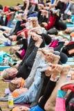 Gambe di allungamento della gente nella classe all'aperto enorme di yoga del gruppo di Atlanta Fotografia Stock Libera da Diritti