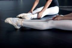 Gambe di giovani ballerini Fotografie Stock Libere da Diritti