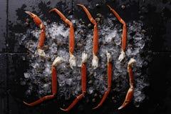 Gambe di granchio fresche su ghiaccio Fotografia Stock