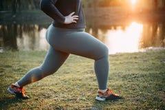 Gambe di peso eccessivo di addestramento della donna prima di pareggiare Fotografia Stock Libera da Diritti