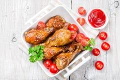 Gambe di pollo fritto con i pomodori Fotografia Stock Libera da Diritti