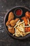 Gambe di pollo fritto con le patate fritte Fotografia Stock