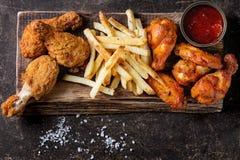 Gambe di pollo fritto con le patate fritte Fotografia Stock Libera da Diritti
