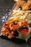 Gambe di pollo fritto con le patate fritte Immagini Stock Libere da Diritti