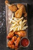 Gambe di pollo fritto con le patate fritte Immagine Stock Libera da Diritti