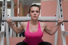 Gambe di preparazione della bella ragazza nel club di forma fisica Immagini Stock Libere da Diritti