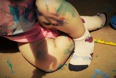 Gambe di un bambino con pittura Fotografia Stock