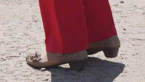Gambe di un dancing della donna sulla via archivi video