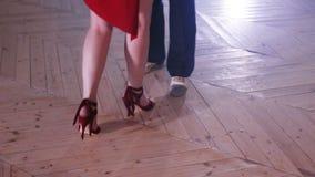 Gambe di un paio di tango di dancing archivi video