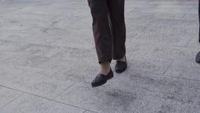 Gambe di una donna anziana ballante fuori stock footage