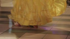 Gambe di una donna di dancing in un vestito dorato video d archivio