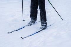 Le gambe di uno sciatore nell'inverno profondo nevicano Immagini Stock