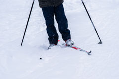Le gambe di uno sciatore nell'inverno profondo nevicano Fotografie Stock Libere da Diritti