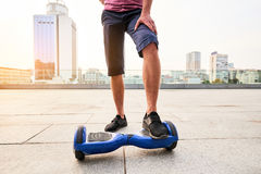 Gambe e hoverboard maschii Fotografie Stock Libere da Diritti