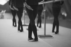 Gambe e mani delle ginnaste nelle posizioni coreografiche fotografie stock libere da diritti