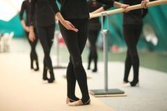 Gambe e mani delle ginnaste nelle posizioni coreografiche immagini stock libere da diritti