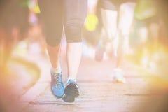 Gambe e piedi di closup durante la maratona Fotografia Stock