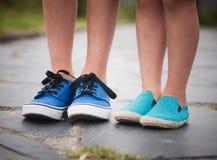 Gambe e piedi di un bambino fotografia stock libera da diritti