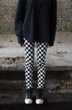 Gambe e scarpe da tennis lunghe della ragazza adolescente del goth Fotografie Stock