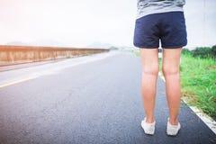 Gambe e scarpe delle donne di Yung che stanno sulla via Fotografia Stock Libera da Diritti
