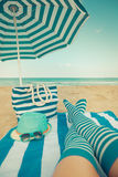 Gambe esili della donna su una spiaggia Fotografia Stock Libera da Diritti