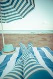 Gambe esili della donna su una spiaggia Immagini Stock Libere da Diritti