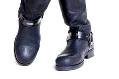Gambe femminili ben fatto attraversate in primo piano degli stivali di cuoio Immagine Stock Libera da Diritti