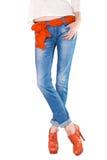 Gambe femminili ben fatto vestite in blue jeans fotografia stock