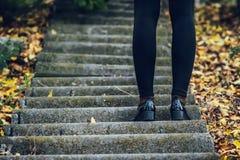 Gambe femminili in calzamaglia e scarpe nere sui punti Autunno Fotografia Stock Libera da Diritti