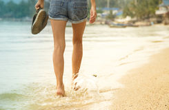 Gambe femminili che camminano sull'acqua Fotografie Stock Libere da Diritti