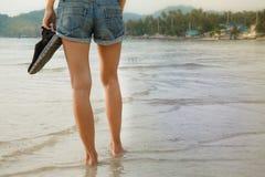 Gambe femminili che camminano sull'acqua Fotografia Stock Libera da Diritti