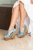 Gambe femminili con il rosa di colore dei sandali della piattaforma fotografia stock