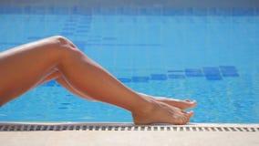 Gambe femminili dalla piscina stock footage