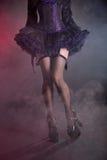Gambe femminili sexy in calze a rete e scarpe del tacco alto Immagini Stock