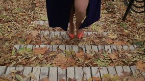 Gambe femminili sexy in tacchi alti che camminano sulle scale archivi video