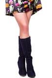 Gambe femminili in stivali Immagine Stock