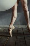 Gambe forti del ballerino di balletto nei pointes Immagine Stock Libera da Diritti